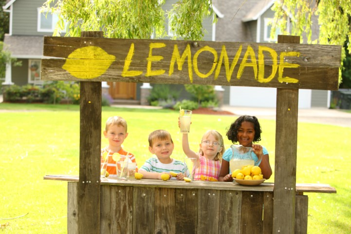 kids at lemonade stand